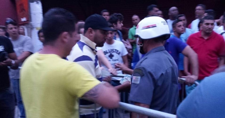 Policiamento faz a divisão entre torcida visitante e do Palmeiras antes da inauguração da Arena Palestra