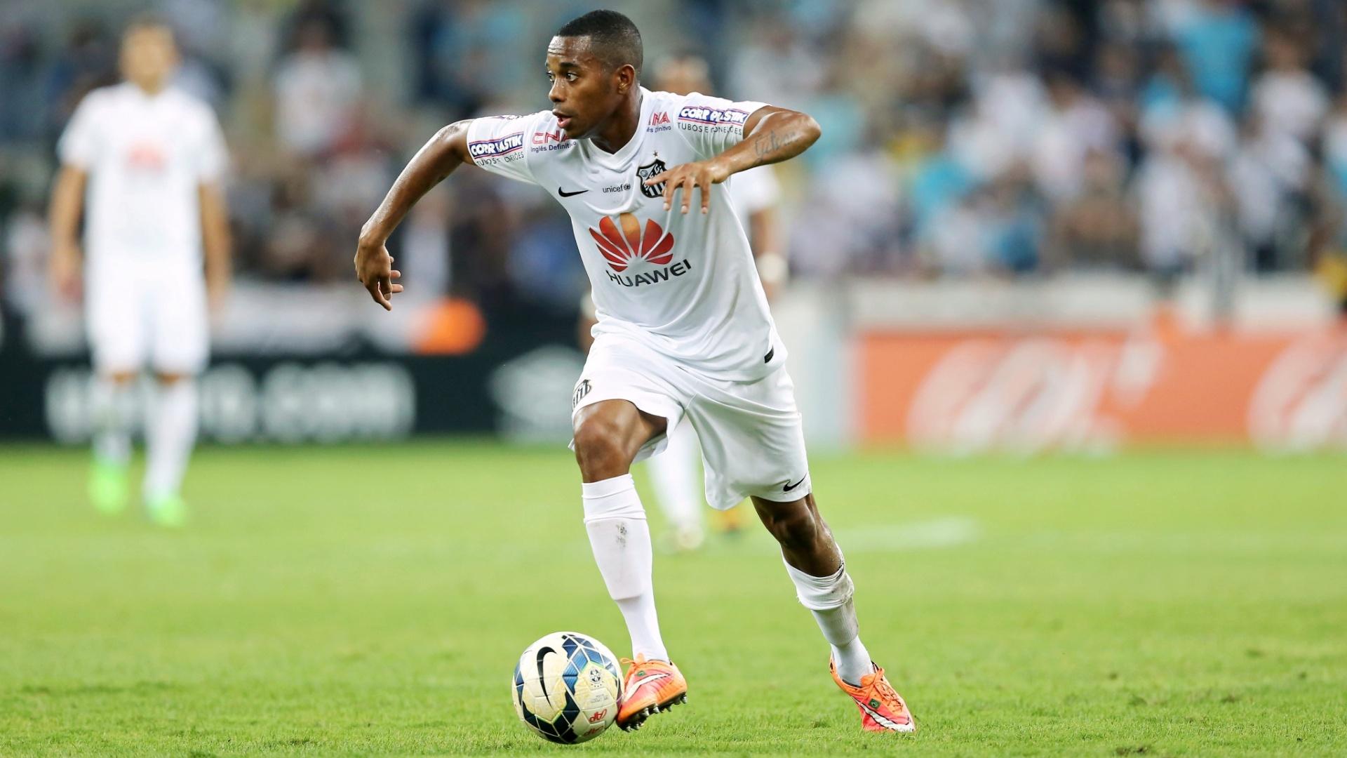 Robinho parte com a bola dominada no duelo contra o Atlético-PR