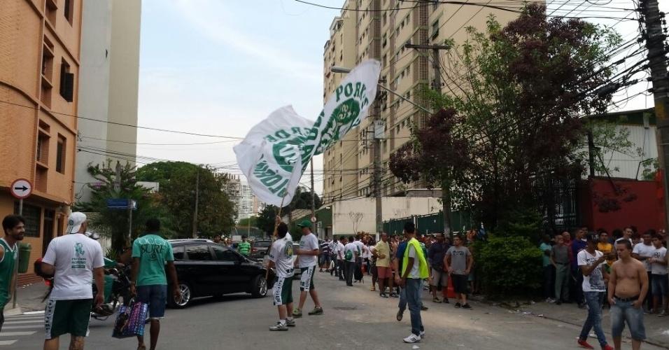 Torcedor agitando bandeirão na rua Padre Antônio Tomas, em frente à bilheteria dos visitantes