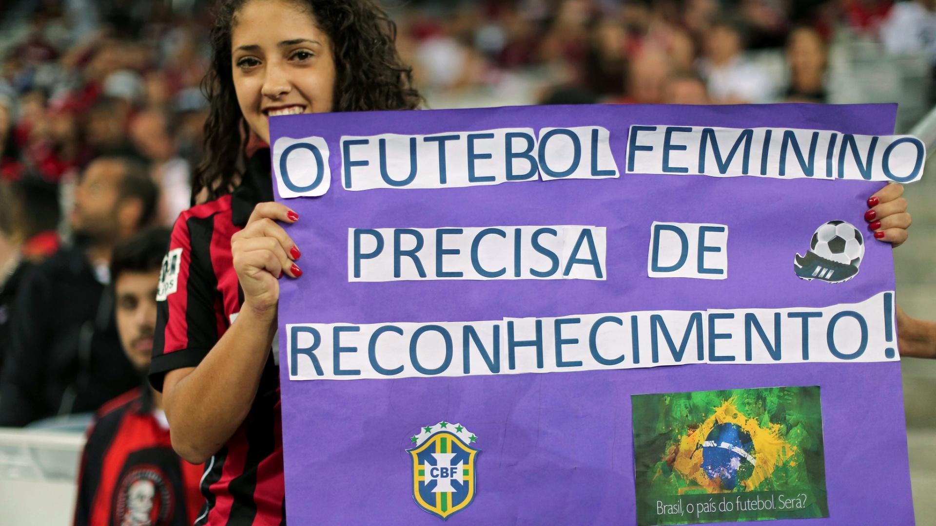 Torcedora do Furacão defende o futebol feminino em cartaz na Arena da Baixada