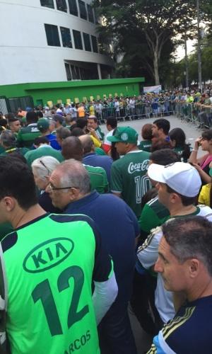 Torcedores do Palmeiras fazem longas filas para entrar na Arena Palestra