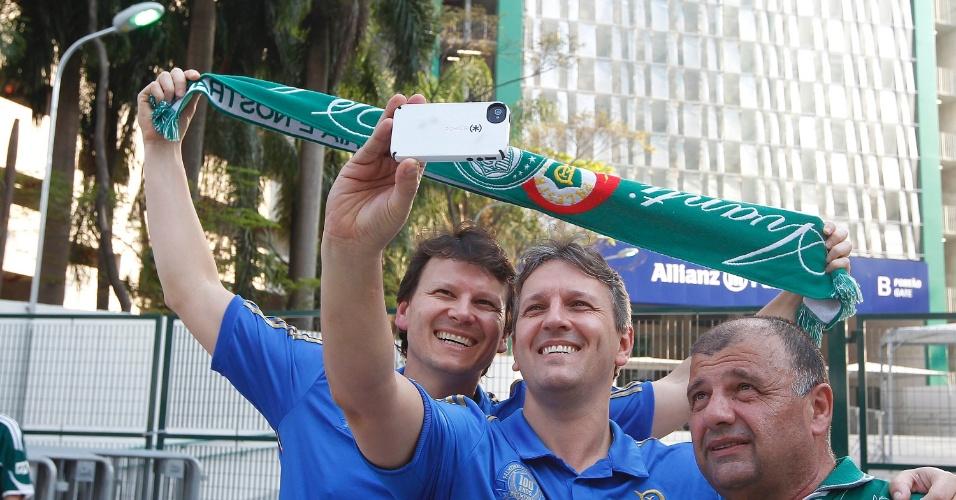 Torcedores do Palmeiras fazem selfie nos arredores da Arena Palestra