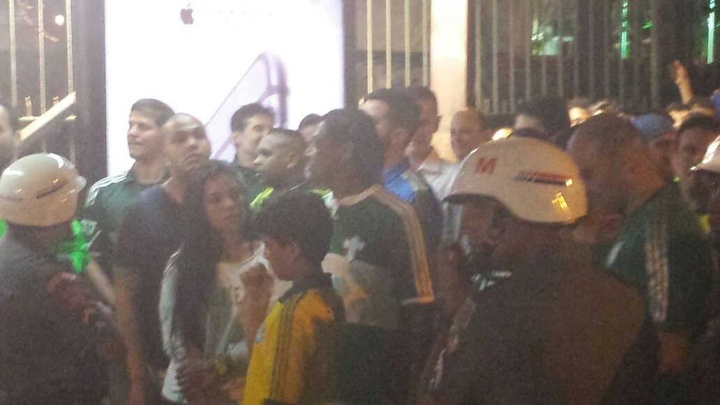 Torcedores formam fila no Allianz Parque após falha em catraca