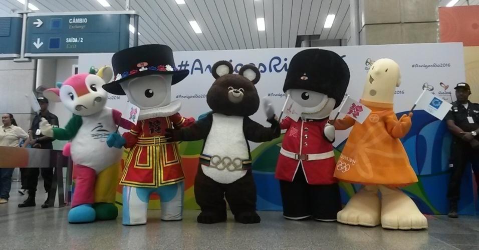 20.nov.2014 - As mascotes das Olimpíadas de Pequim-2008, Londres-2012, Moscou-1980 e Atenas-2004 desembarcaram nesta quinta-feira no Rio de Janeiro para uma ação promocional da Rio-2016