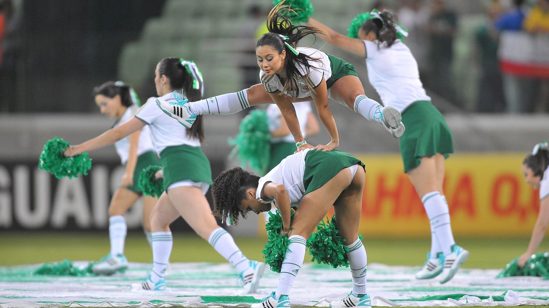 Cheerleaders do Palmeiras fazem festa antes de jogo contra o Sport