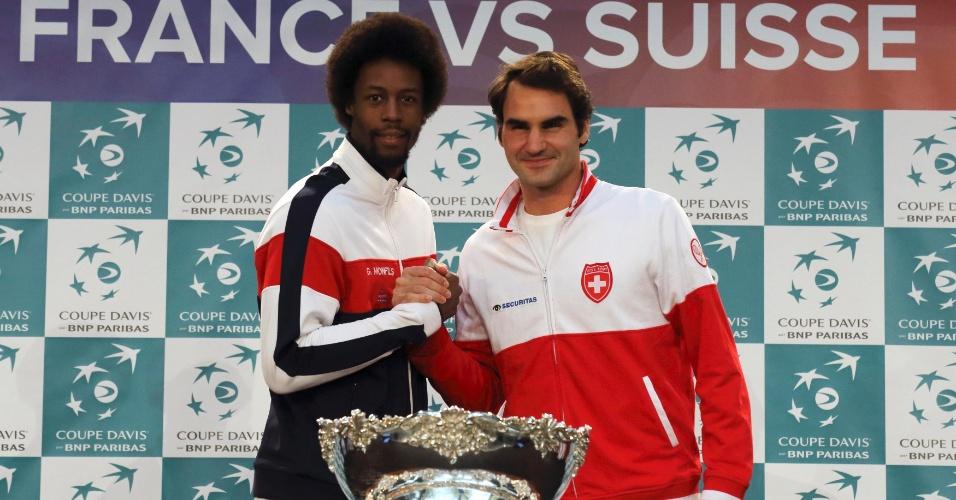 Roger Federer cumprimenta Gael Monfils, seu adversário nesta sexta-feira