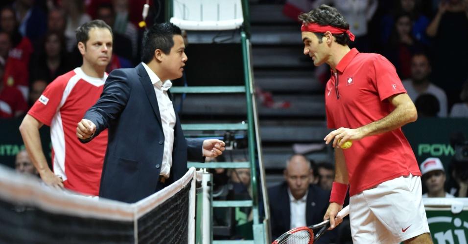 Federer discute com árbitro