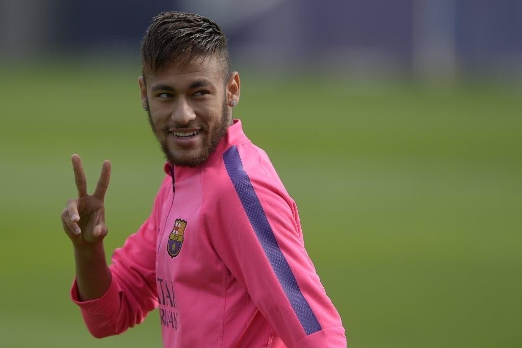 Neymar faz o sinal da vitória durante treino de preparação do Barcelona para pegar o Sevilla, pela 12ª rodada do Espanhol, nesse sábado