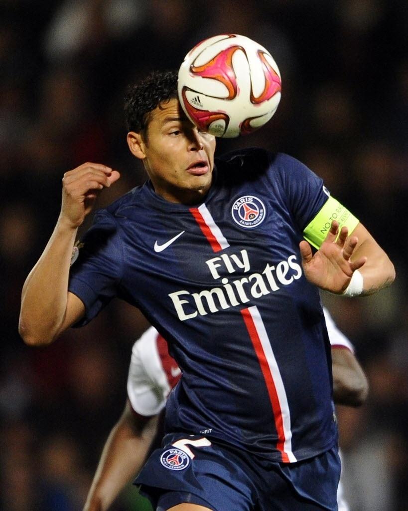 Thiago Silva afasta bola no duelo do PSG com o Metz