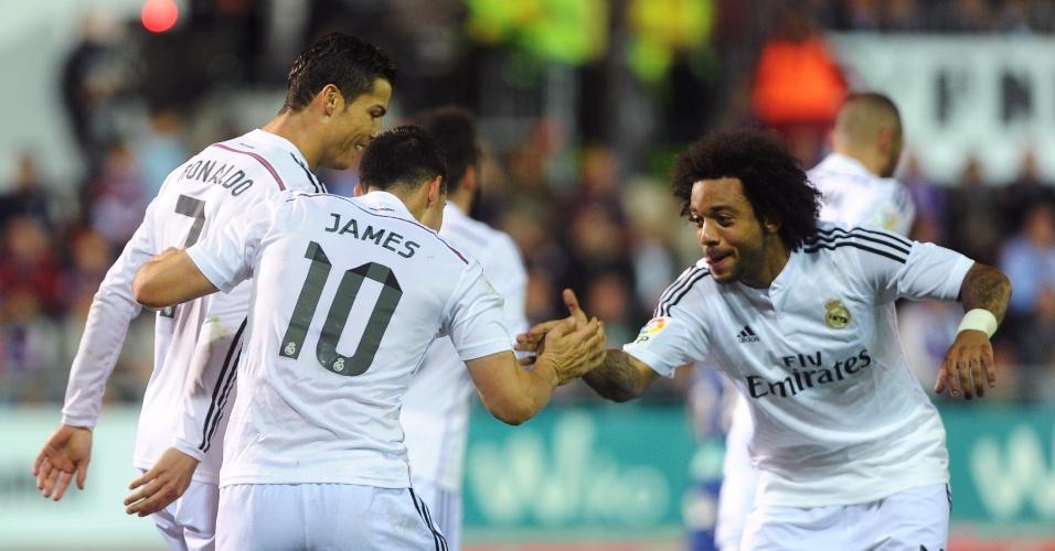 22.nov.2014 - James Rodríguez comemora com Cristiano Ronaldo e Marcelo após marcar para o Real Madrid contra o Eibar