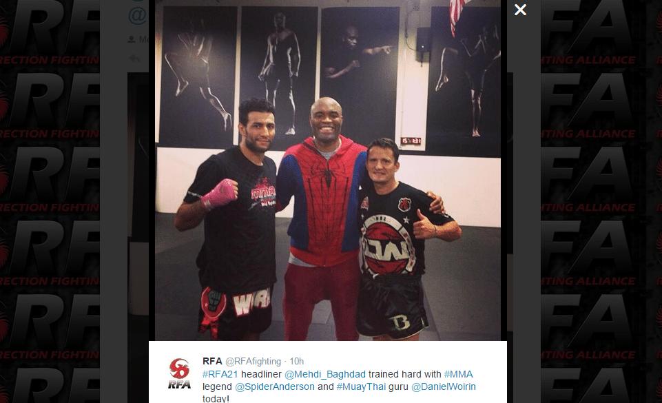 Anderson Silva faz jus ao seu apelido, Spider, e treina com roupa de Homem Aranha. O clique foi postado pelo Twitter do RFA, evento de seu empresário, Ed Soares, e ele aparece ao lado do treinador Daniel Woirin (d) e do atleta Mehdi Baghdad