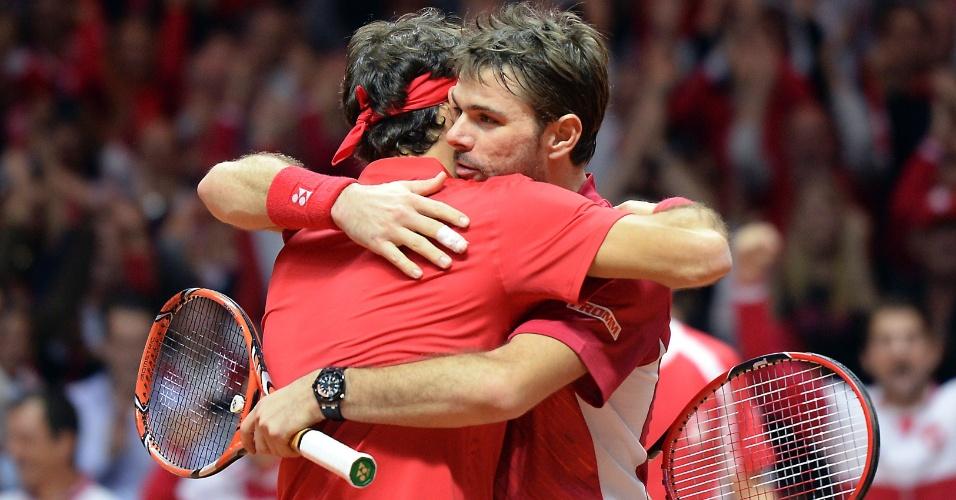 Federer e Wawrinka se abraçam após o triunfo incontestável sobre os franceses