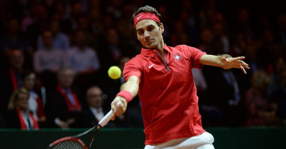 Federer rebate bola no duelo de duplas