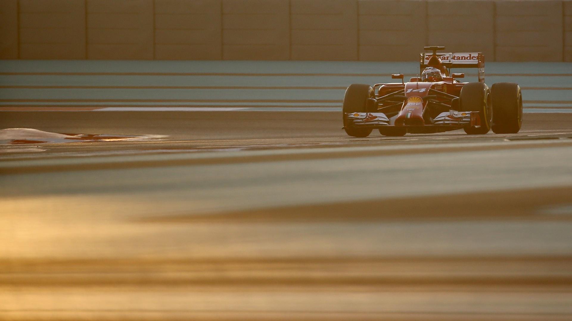 Fernando Alonso disputa o treino em meio ao pôr do sol nos Emirados Árabes. Ele sai em décimo, apenas, na sua despedida da Ferrari