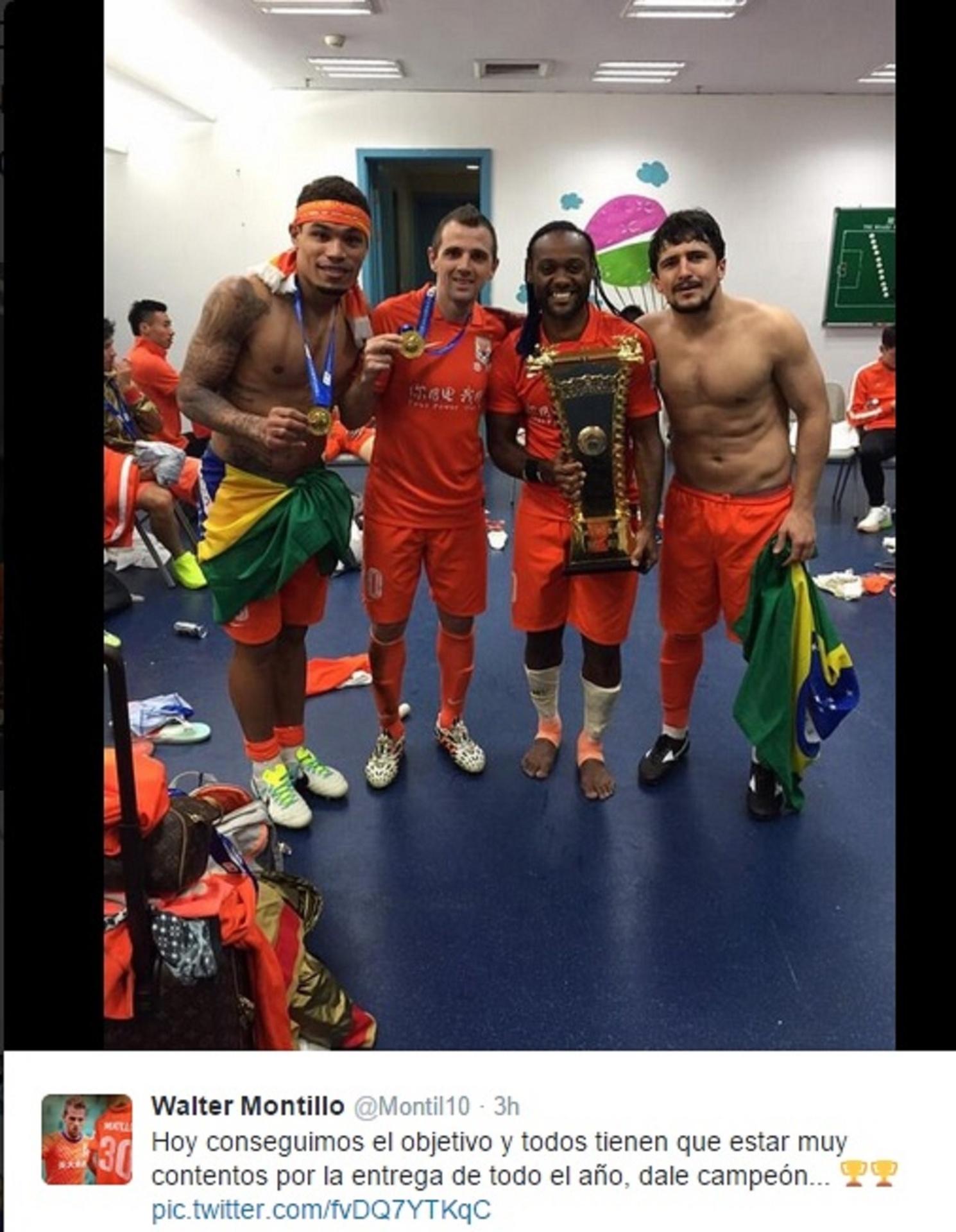 Junior Urso, Montillo, Vágner Love e Aloísio posam com o troféu da Copa da China