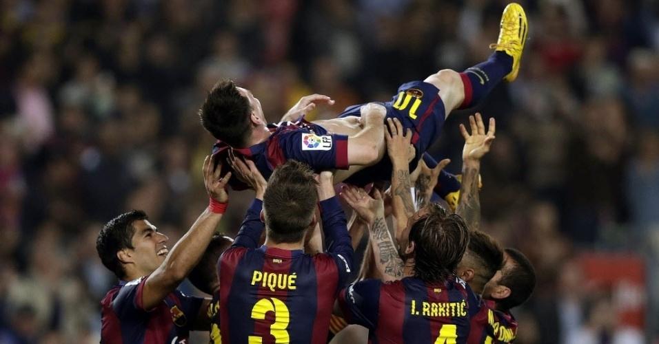 Messi é jogado para o alto pelos companheiros após quebrar recorde de artilharia no Espanhol