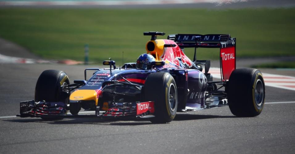 Sebastian Vettel acelera sua Red Bull. O GP de Abu Dhabi marca sua saída da equipe, rumo à Ferrari