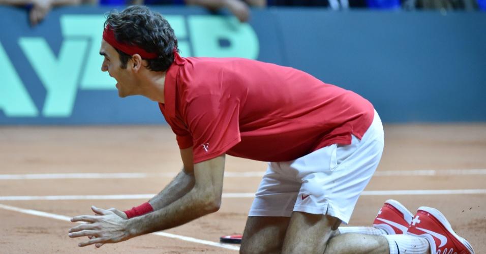 Federer se ajoelha após vencer Richard Gasquet por 3 a 0 e conquistar o título inédito