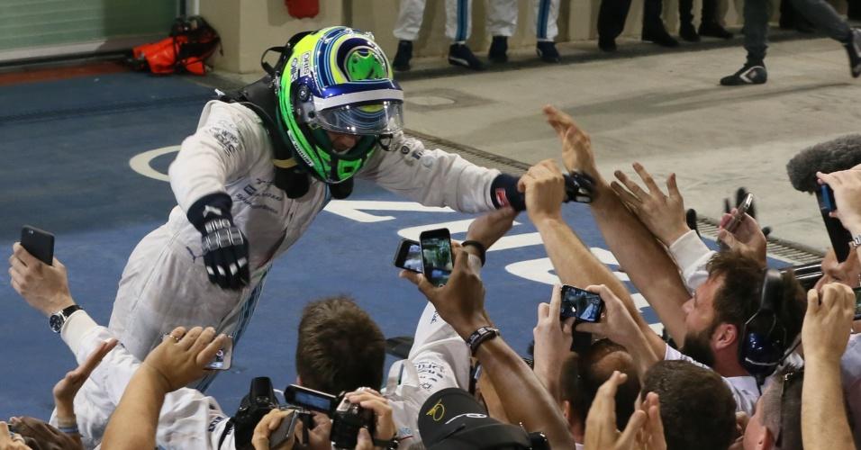 Felipe Massa vai pra galera na comemoração do segundo lugar no GP de Abu Dhabi