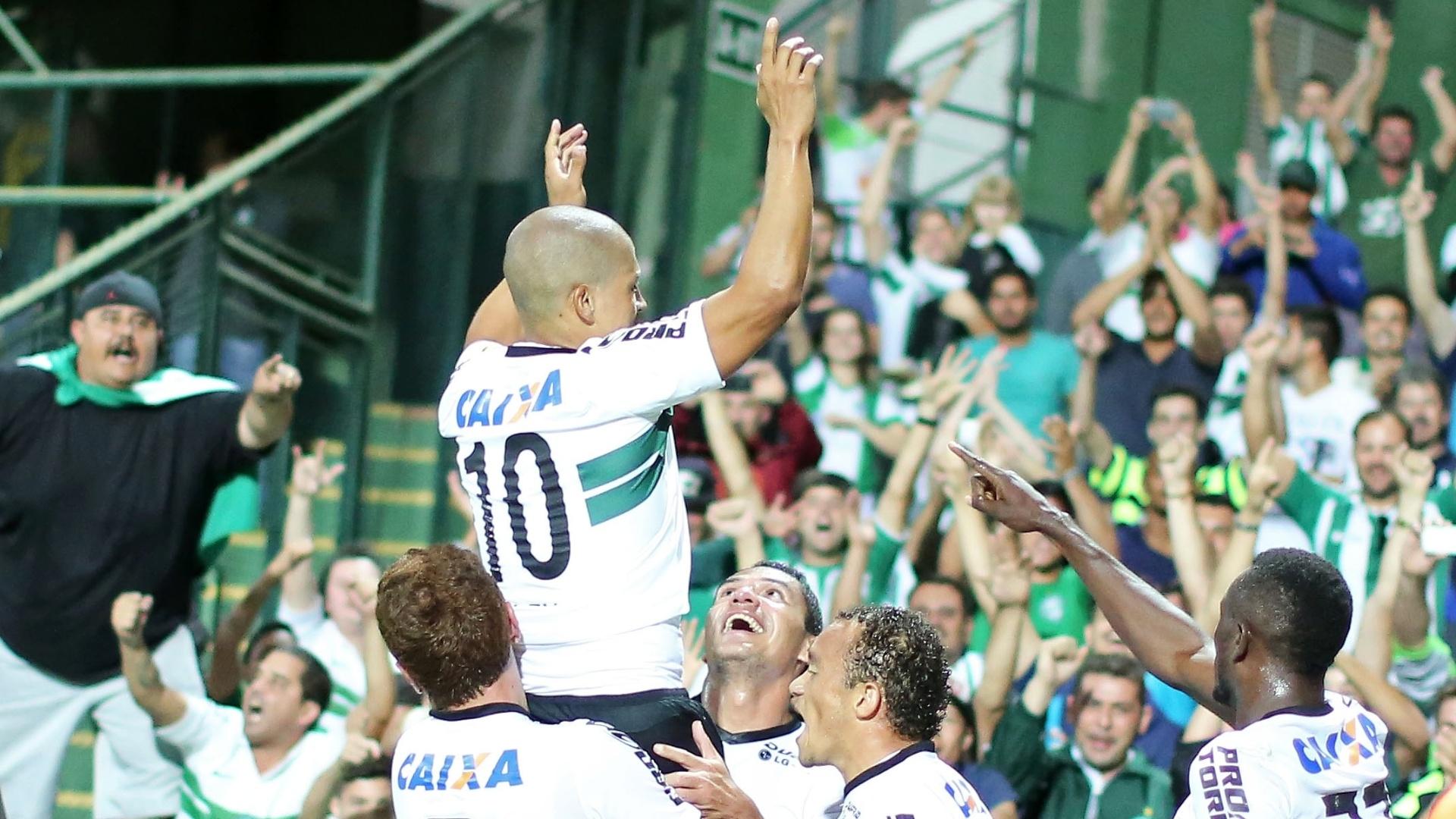 Jogadores do Coritiba comemoram vitória contra o Palmeiras no Brasileirão