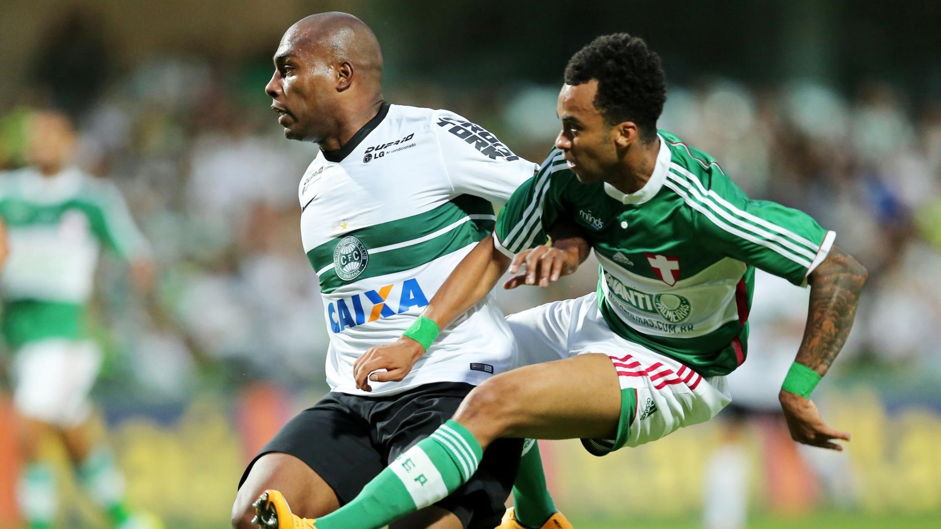 Luccas Claro (esquerda), do Coritiba, tenta marcar Wesley, do Palmeiras