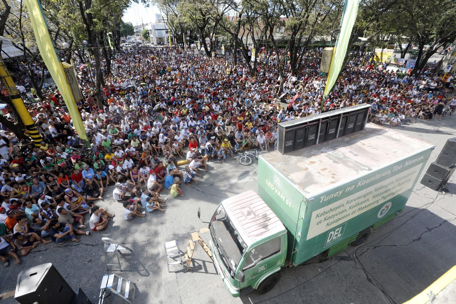 Multidão acompanha a luta de Manny Pacquiao, que é congressista em seu país natal, as Filipinas