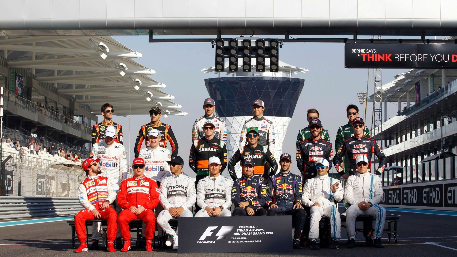 Pilotos posam para a tradicional foto antes do GP de Abu Dhabi, o último da temporada 2014 da Fórmula 1, que começa com briga Hamilton x Rosberg pelo título