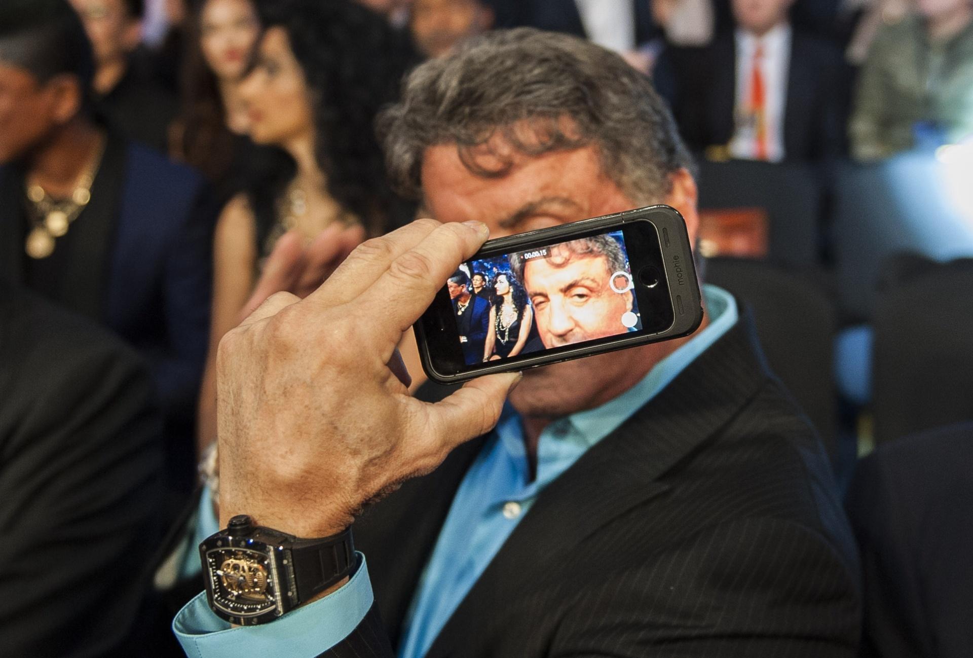 Sylvester Stallone aproveita o intervalo das lutas para tirar fotos, antes de Pacquiao vencer Algieri em Macau