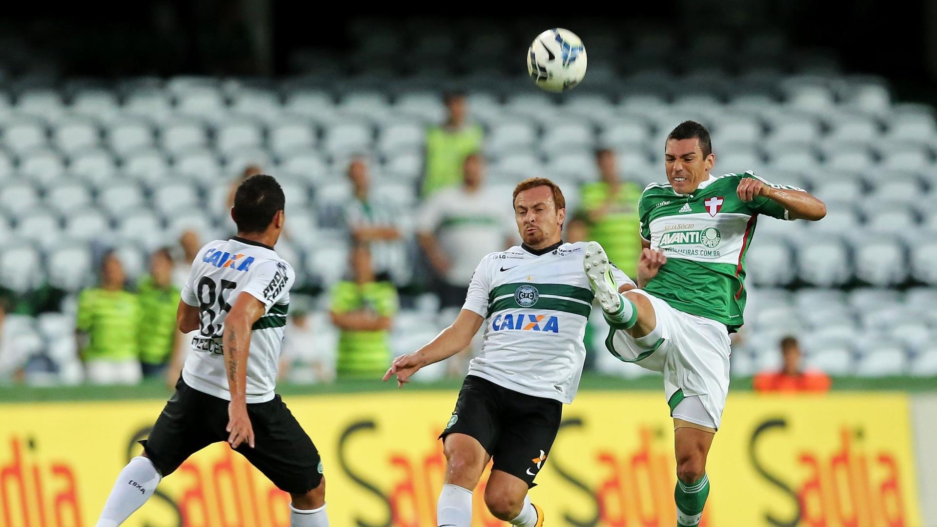 Zé Love, do Coritiba, sobe de cabeça junto com zagueiro Lúcio, do Palmeiras