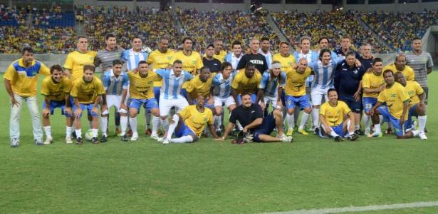 """""""Falso"""" Caniggia posa com jogadores de Brasil e Argentina na Arena das Dunas"""