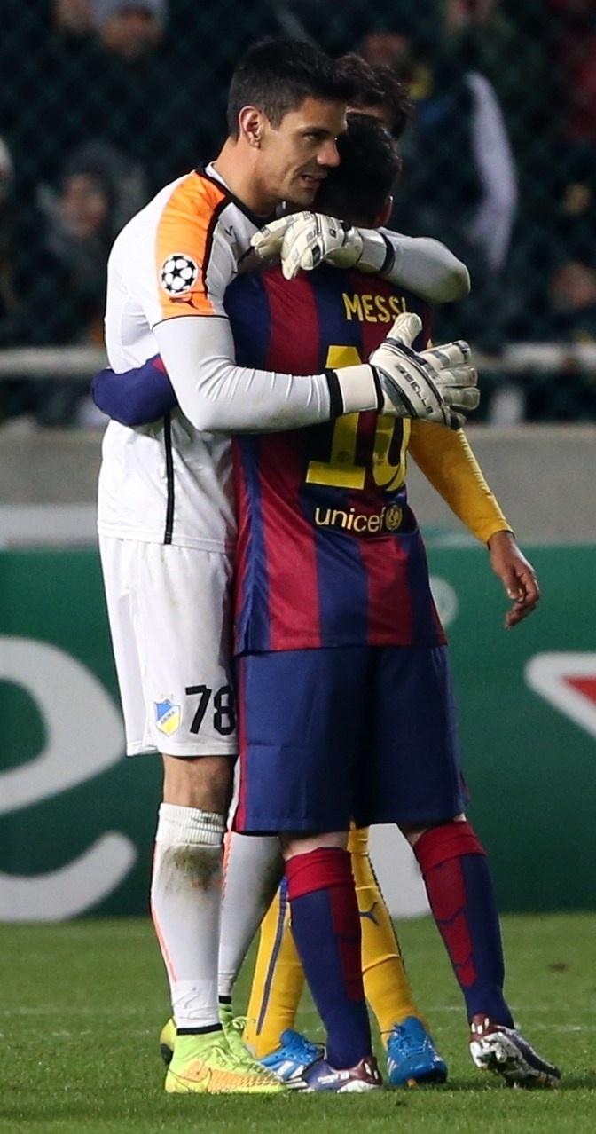 Goleiro do Apoel, Urko Pardo, abraça Lionel Messi, do Barcelona, após argentino marcar três gols na Liga dos Campeões