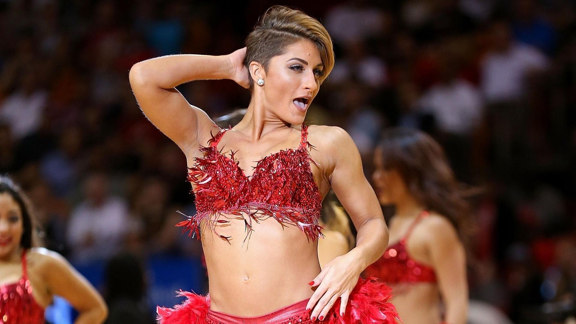 25.nov.2014 - Cheerleader do Miami Heat faz apresentação em derrota para os Warriors