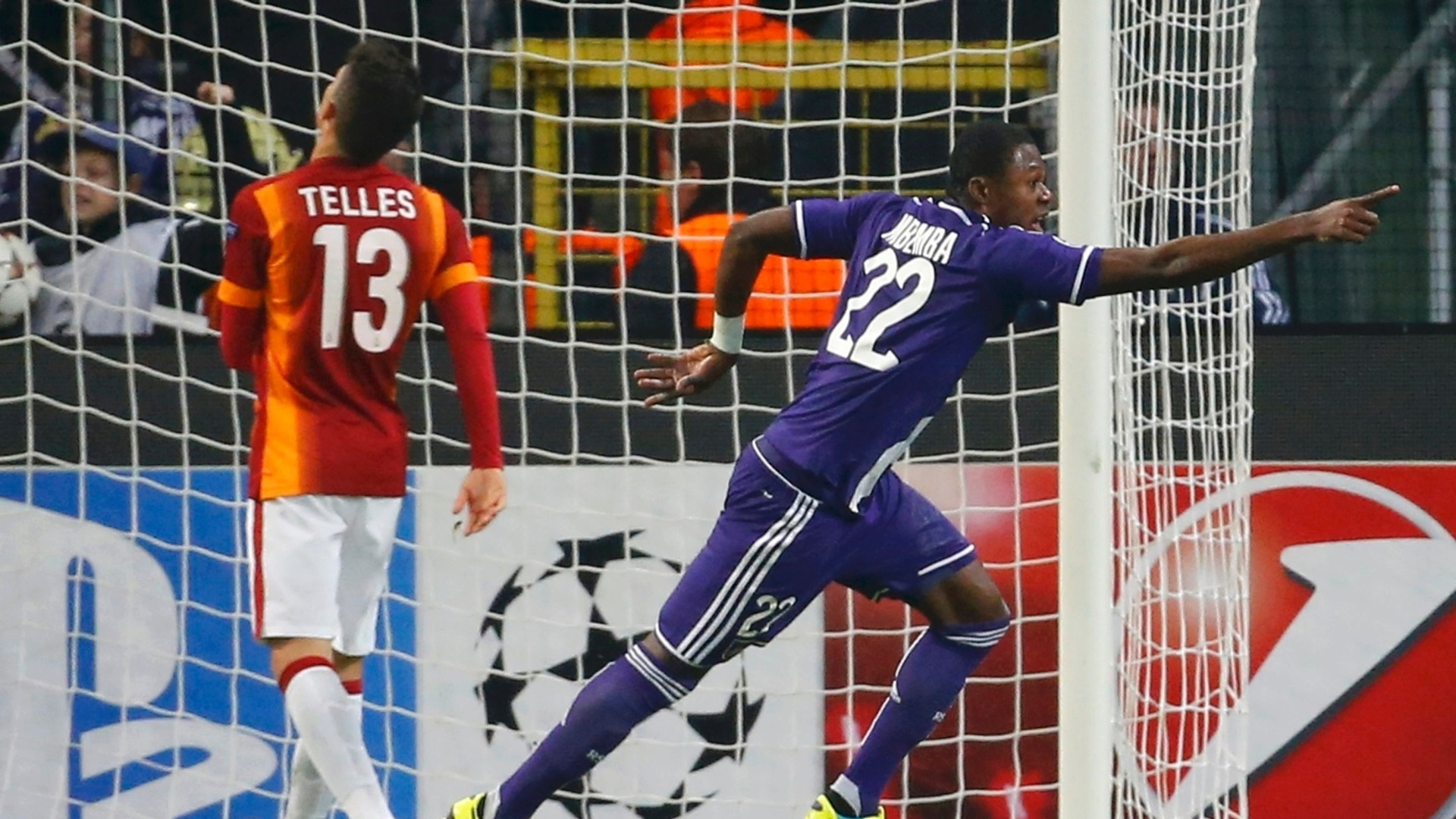 Alex Telles, do Galatasaray, lamenta gol de Mbemba, do Anderlecht