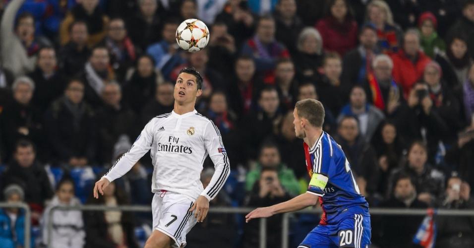 Cristiano Ronaldo domina bola com a cabeça durante jogo do Real Madrid na Liga dos Campeões