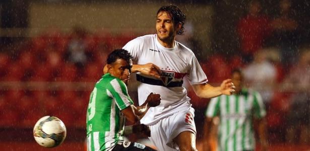 Kaká tenta se desvencilhar da marcação do Atlético Nacional na Sul-Americana