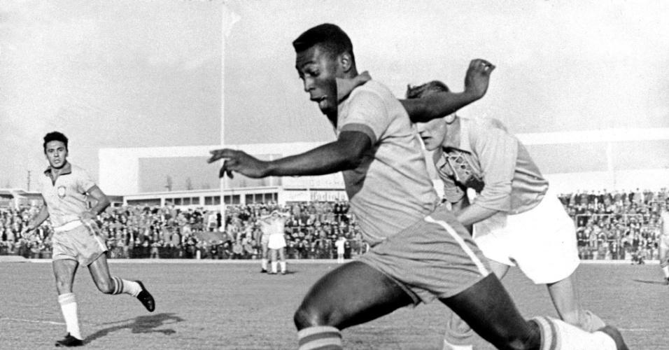 Pelé durante a partida entre Brasil e Suécia em 1960