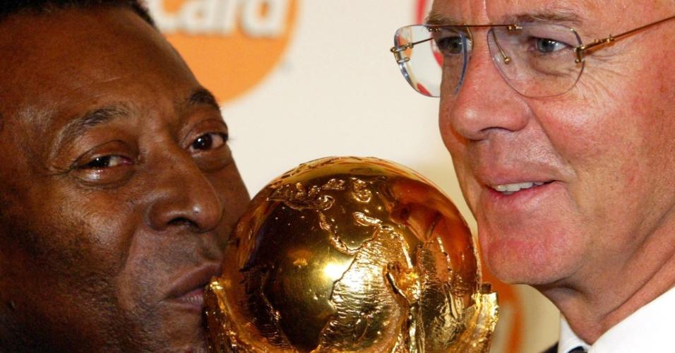 Pelé e Franz Beckenbauer beijam a taça da Copa do Mundo