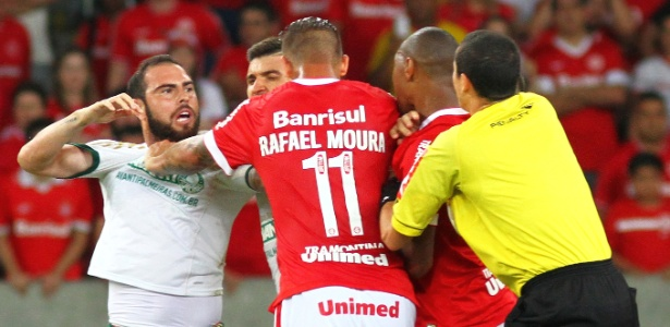 Bruno César (esq) deu tapa em Fabrício e tentou acertar soco em R. Moura, diz súmula