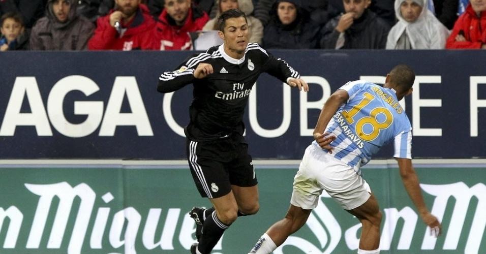 Cristiano Ronaldo é derrubado por jogador do Malaga durante partida do Campeonato Espanhol
