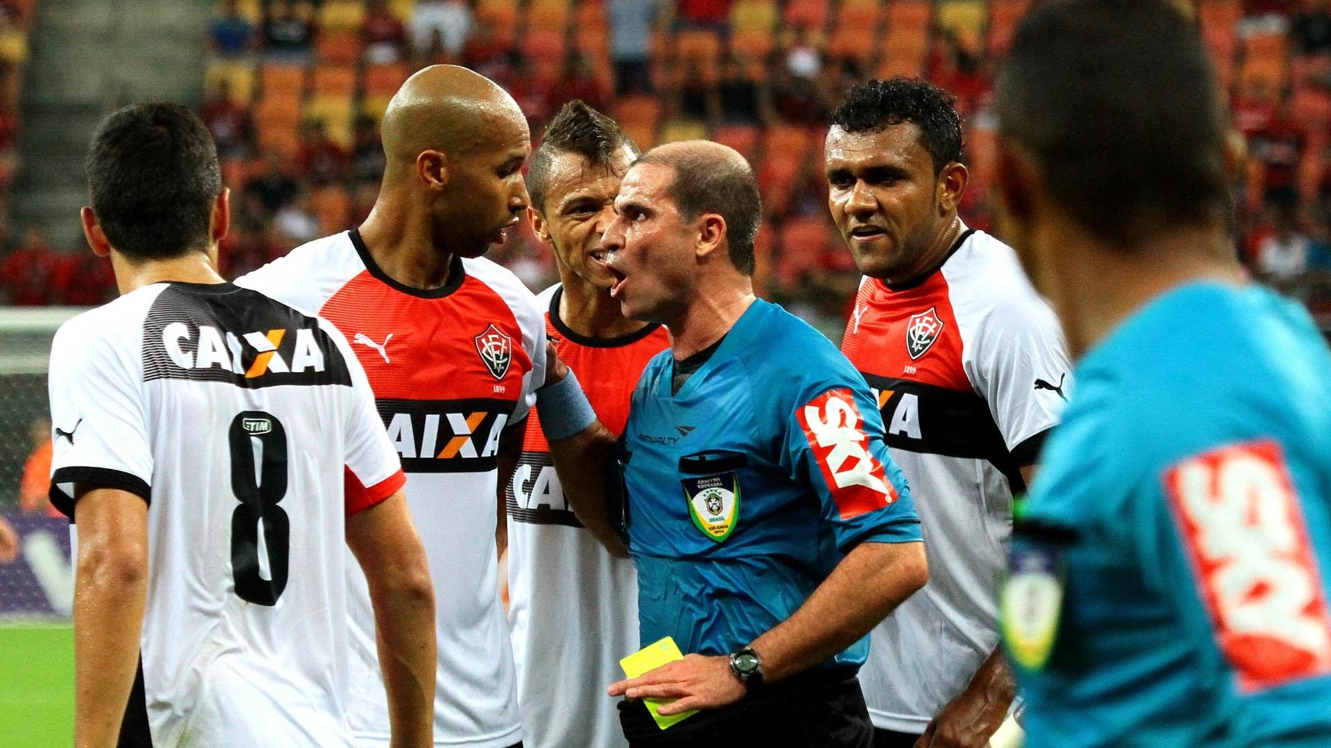 Jogadores do Vitória discutem com árbitro em partida contra o Flamengo na Arena Amazônia, em Manaus