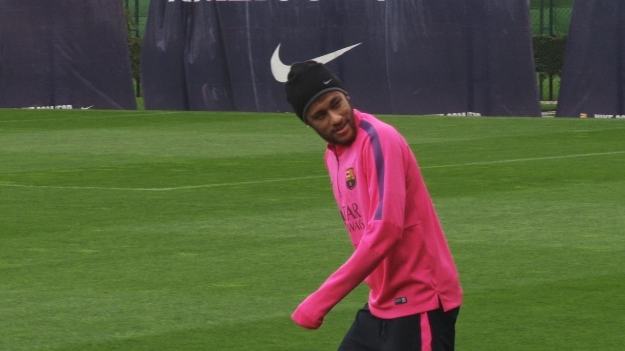 Neymar ao entrar em campo para a atividade deste sábado