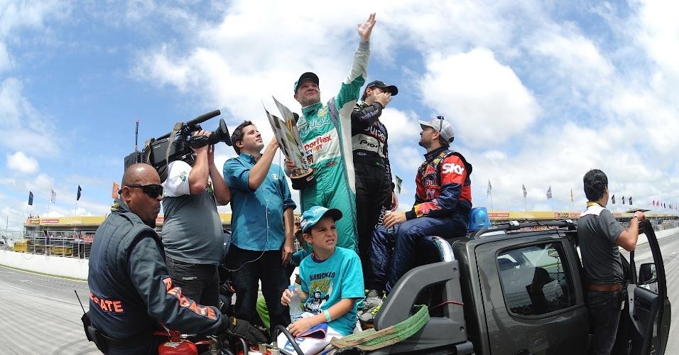 30.11.2014 - Barrichello sobe em picape e mostra o troféu à torcida após ficar em terceiro e se sagrar campeão da Stock Car em 2014