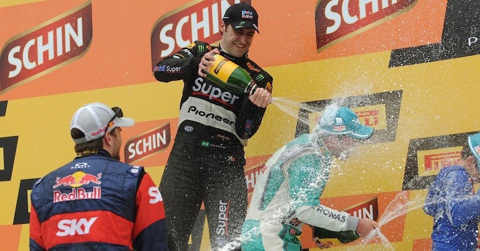 30.11.2014 - Pilotos dão banho de champanhe em Barrichello após o piloto conquistar o título da Stock Car