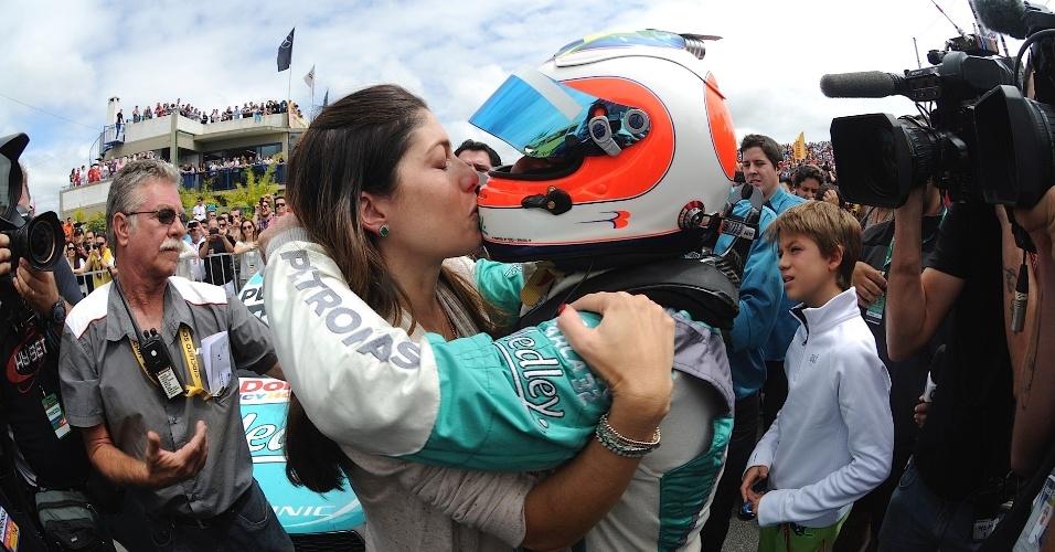 30.11.2014 - Rubinho beija a esposa para comemorar o título da Stock Car