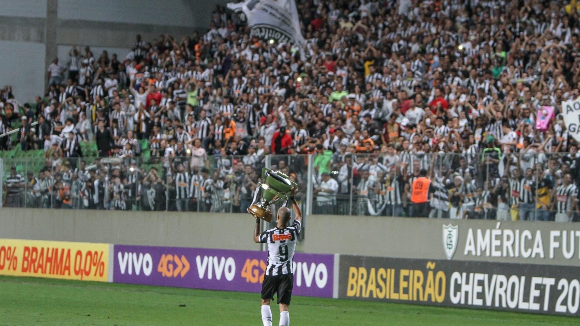 Diego Tardelli exibe troféu de campeão da Copa do Brasil 2014 para a torcida do Atlético-MG