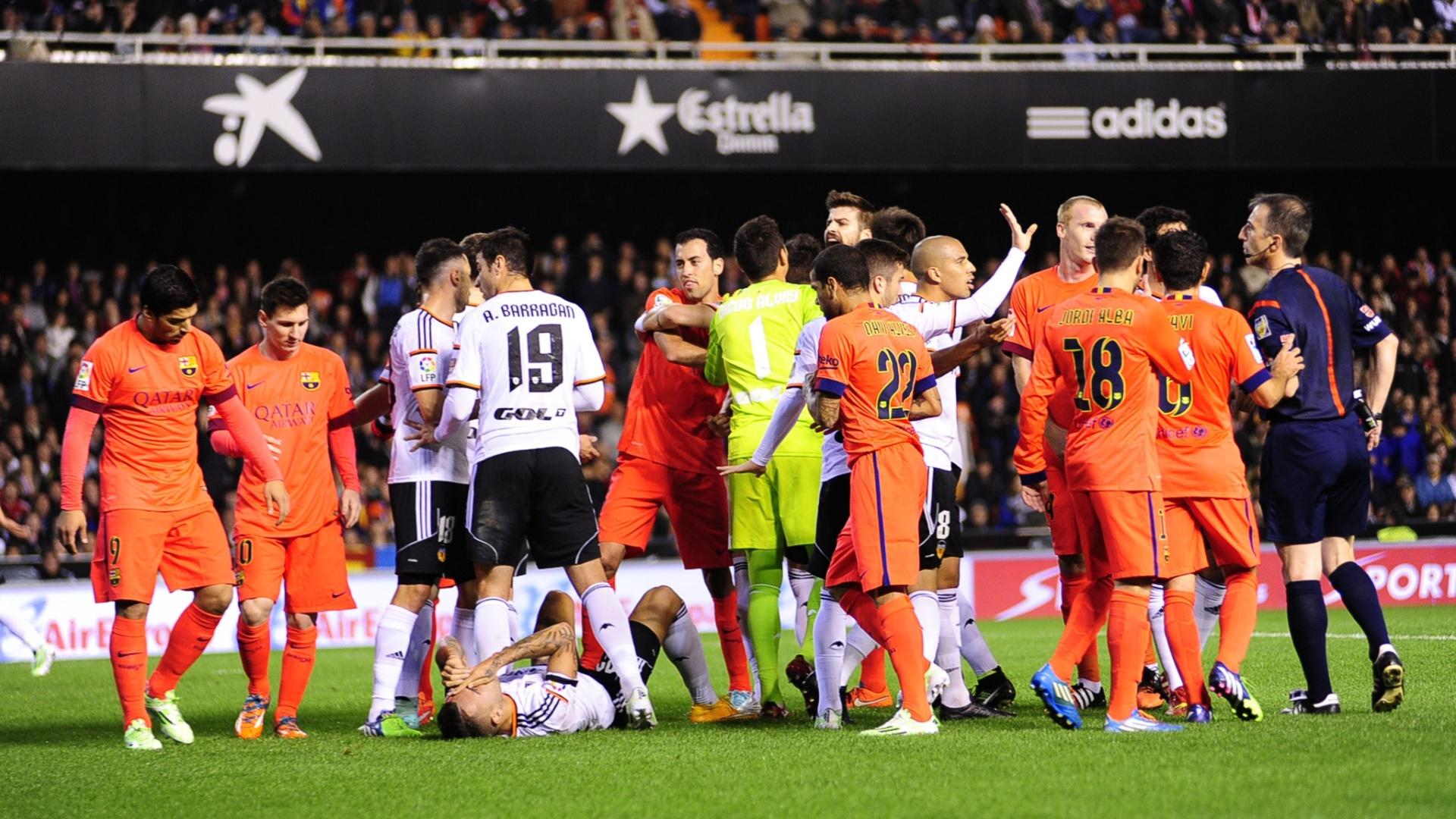 Jogadores de Valencia e Barcelona se envolvem em confusão após choque de Neymar e Otamendi