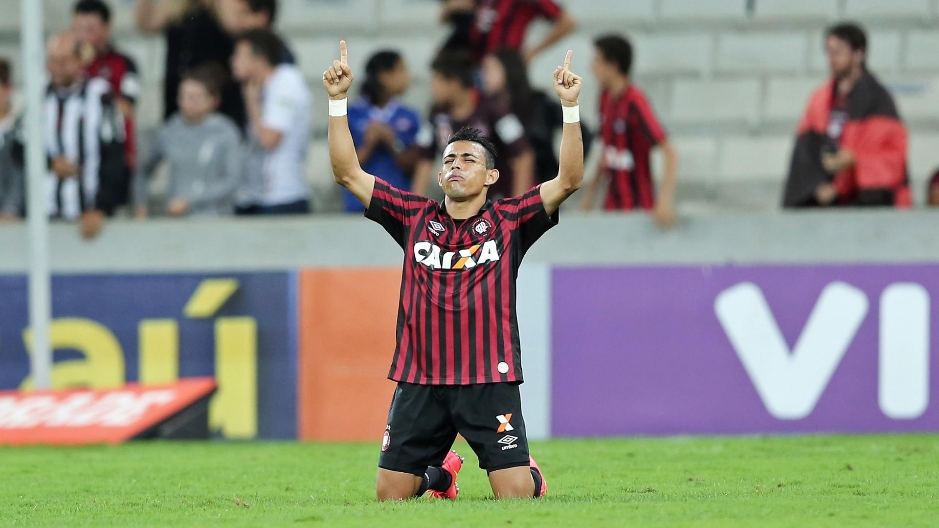 Natanael comemora vitória do Atlético-PR sobre o Goiás em Curitiba