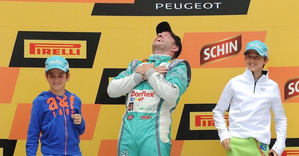 Rubens Barrichello sobe ao pódio com os filhos após ganhar o título da Stock Car em Curitiba