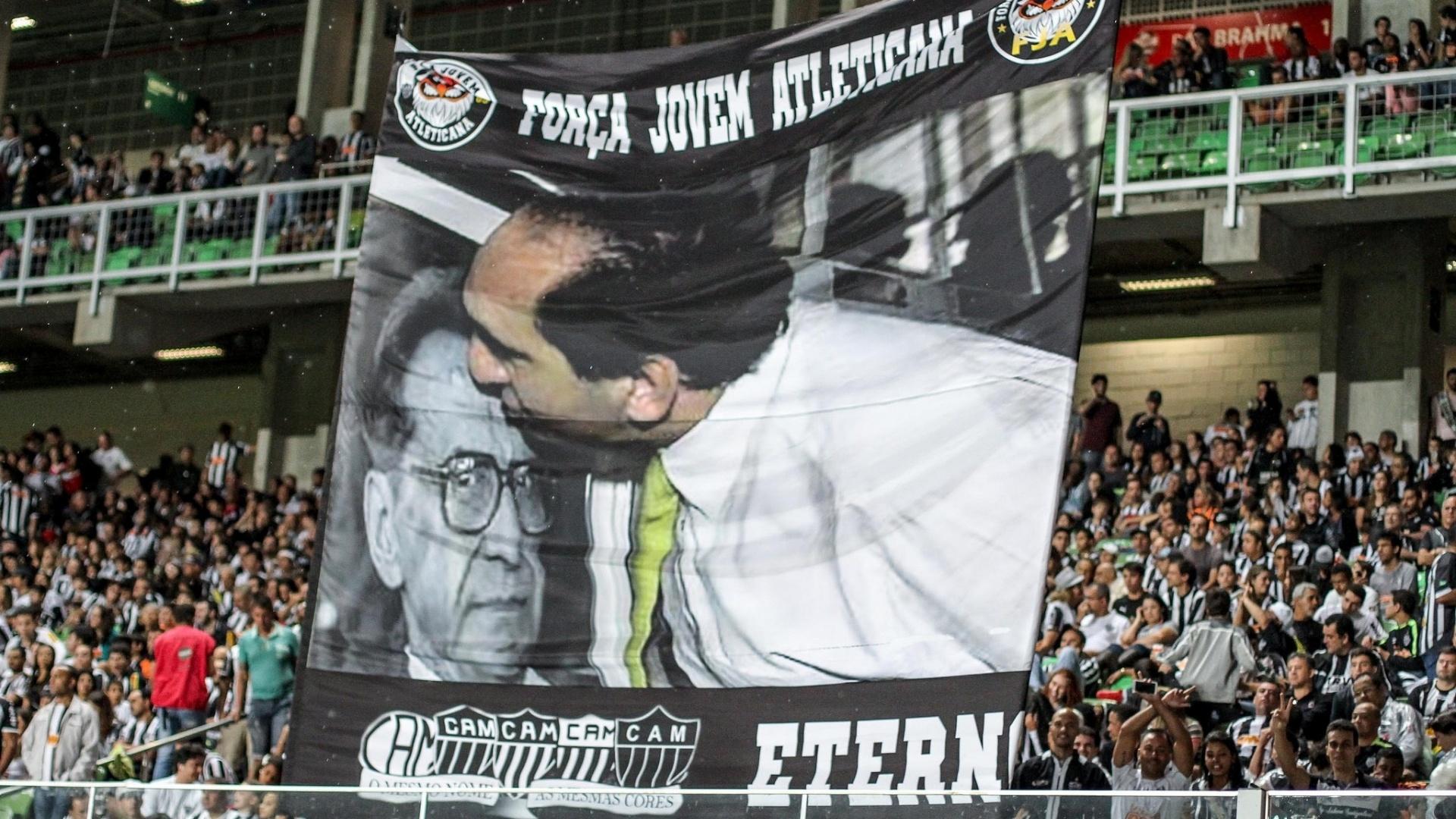 Torcida do Atlético-MG homenageia presidente Alexandre Kalil com faixa nas arquibancadas