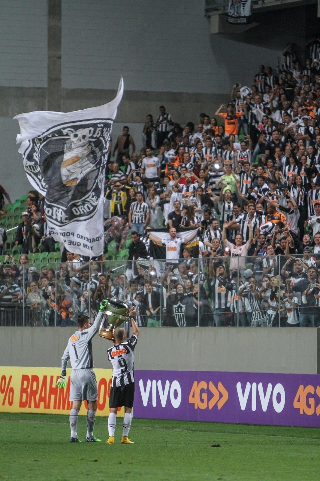 Victor e Diego Tardelli exibem troféu de campeão da Copa do Brasil 2014 para a torcida do Atlético-MG